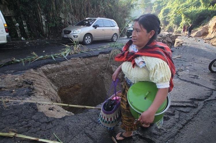 Vecinos de La Comunidad y Las Charcas, zona 10 de Mixco, temen que el hundimiento se agrave. (Foto Prensa Libre: Érick Ávila)