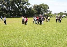 El área donde está el campo de futbol será una de las desalojadas. (Foto Prensa Libre: Cristian Icó)