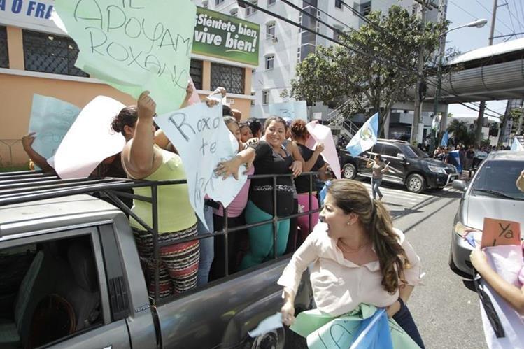 Un grupo de personas llegó al Centro Médico para demostrar su apoyo a la exvicepresidenta Roxana Baldetti. (Foto Prensa Libre: Estuardo Paredes)