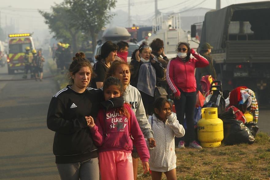 Pobladores afectados por voraz incendio en Chile. (Foto Prensa Libre: EFE)