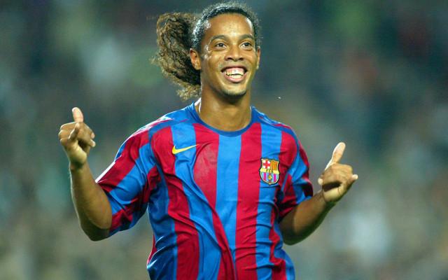 Ronaldinho podría jugar un partido amistoso con el Barcelona de Guayaquil. (Foto Prensa Libre: Hemeroteca)