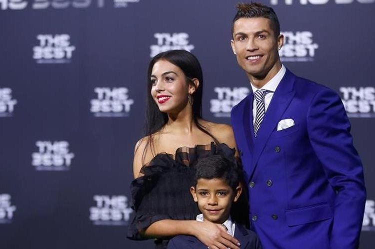 El delantero portugués posa con su novia Georgina y su hijo mayor. (Foto Redes).