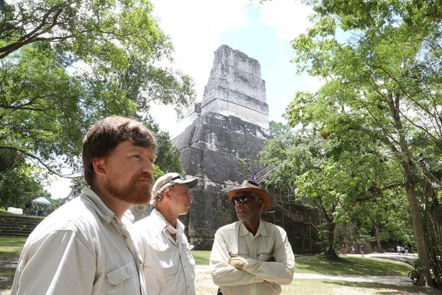 Günter, Hansen y Freeman detrás de una de las construcciones de Tikal. (Foto Prensa Libre: Cortesía Rosendo Morales)