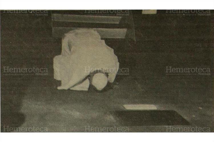 Al bajar del avión, lo primero que el Papa hizo fue arrodillarse y besar la tierra guatemalteca, el 7/3/1983. (Foto: Hemeroteca PL)