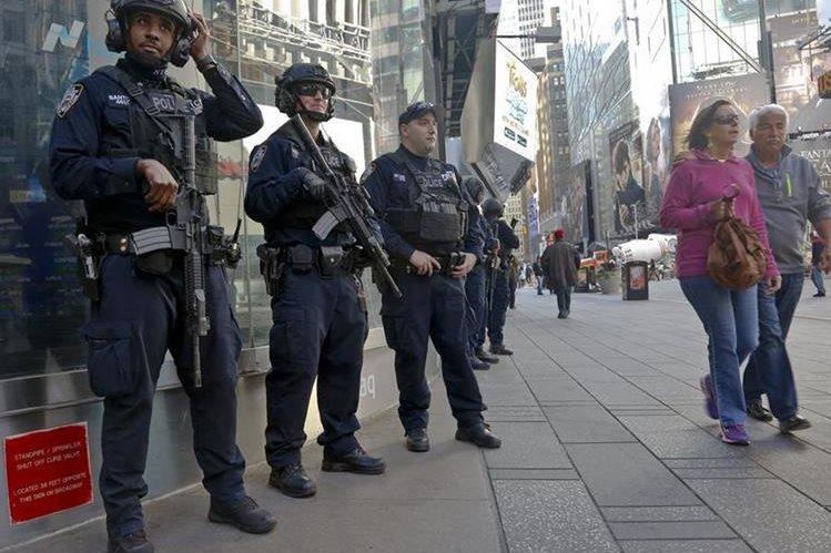 Policías de la unidad antiterrorista de Nueva York montan guardia en el Times Square. (Foto Prensa Libre: AP).