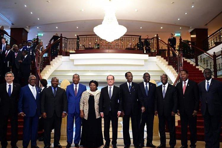 Líderes africanos y europeos posan para la fotografía oficial de la reunión sobre inmigración celebrada en Malta. (Foto Prensa Libre: AFP).