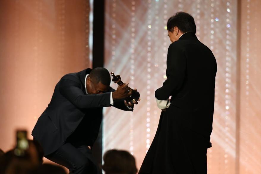 Chris Tucker le entrega el premio a Chan durante la gana que se llevó a cabo en Highland Center de Hollywood.