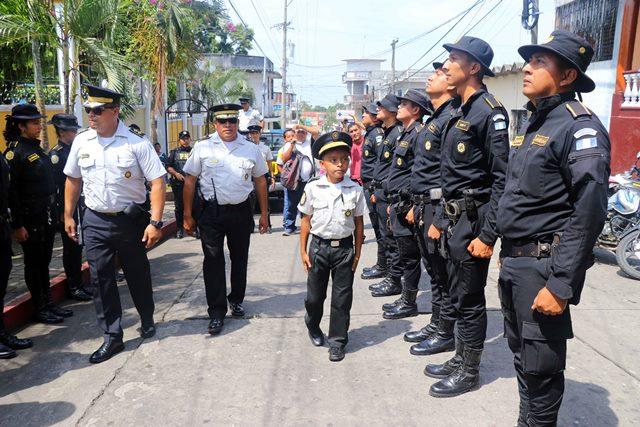 Mario Antonio Morales Mazariegos pasa revista a los agentes de la Comisaría 34 de la PNC. (Foto Prensa Libre: Rolando Miranda)
