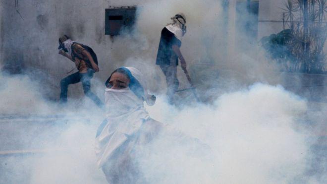 La policía usó gases lacrimógenos en las protestas de abril de 2017 contra el gobierno de Nicolás Maduro, en Caracas, Venezuela. AFP/GETTY IMAGES