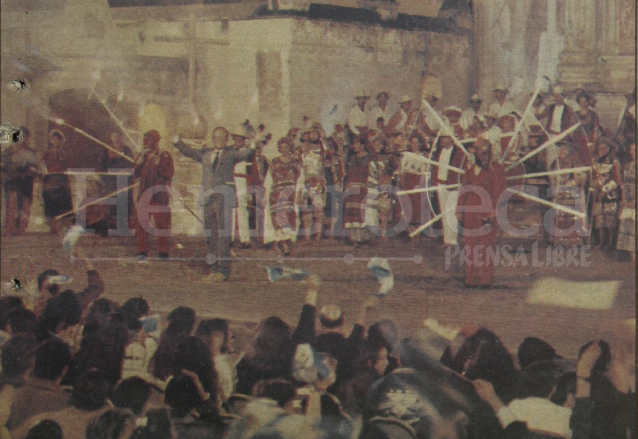 Detalle de la portada de Prensa Libre del 16 de enero de 1992, aparece Raúl Velasco y el Ballet Folclórico del Inguat durante la grabación de Siempre en Domingo.  (Foto: Hemeroteca PL)