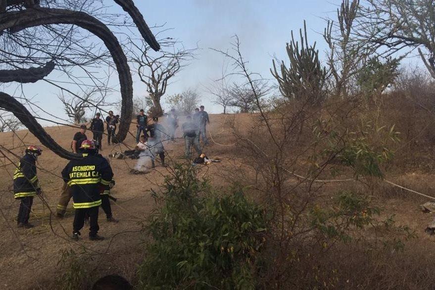 Los cuerpos de una niña de 13 años, y su abuela de 65, son resguardados por las fuerzas de seguridad. (Foto Prensa Libre: Víctor Gómez)