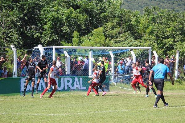 Mictlán venció 2-0 a los cremas en juego de la fecha 22 del Apertura 2015. (Foto Prensa Libre).