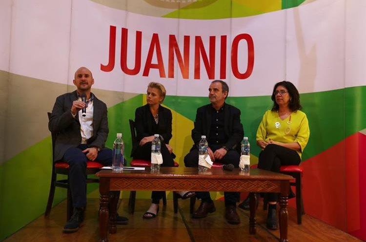 Los curadores de Juannio 2018, de izquierda a derecha: Martín Fernández Ordóñez(Director Ejecutivo Juannio), Claire Breukel (Sudáfrica), Jesús Cámara (España) y Alexia Tala (Chile). (Foto Prensa Libre: Anna Lucía Ibarra).