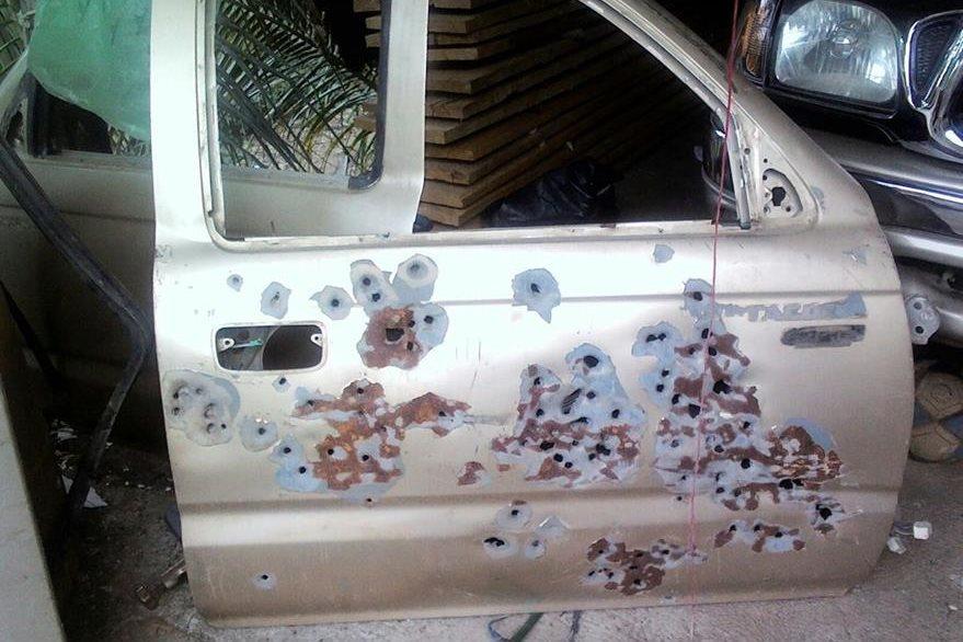 Una puerta baleada de vehículo es localizada en allanamientos de Santa María Ixhuatán, Santa Rosa. (Foto Prensa Libre: PNC)
