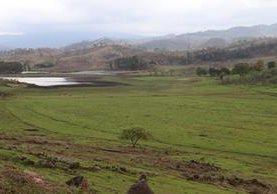 La laguna Los Achiotes cada vez pierde más agua y está a punto de secarse. (Foto Prensa Libre: Hugo Oliva)