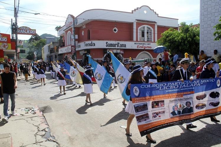 Estudiantes recorren una de las calles de la ciudad de Jalapa, en la celebración del 194 aniversario de la independencia de Guatemala. (Foto Prensa Libre: Hugo Oliva)
