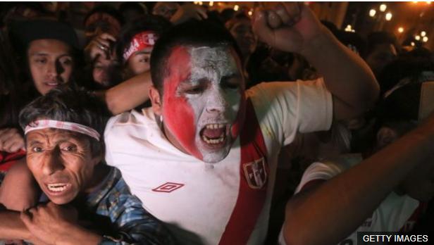El empate entre Perú y Colombia se celebró en los dos países. (Foto Prensa Libre: BBC Mundo)