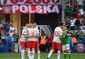 Festejo de los jugadores de Polonia, después de la anotación. (Foto Prensa Libre: AFP)