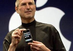 Steve Jobs muestra el primer iPhone, en enero de 2007. (GETTY IMAGES)