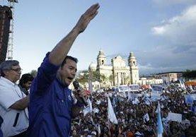 Jimmy Morales se dirige a miles de simpatizantes en la Plaza de la Constitución. (Foto Prensa Libre: Edwin Bercián)