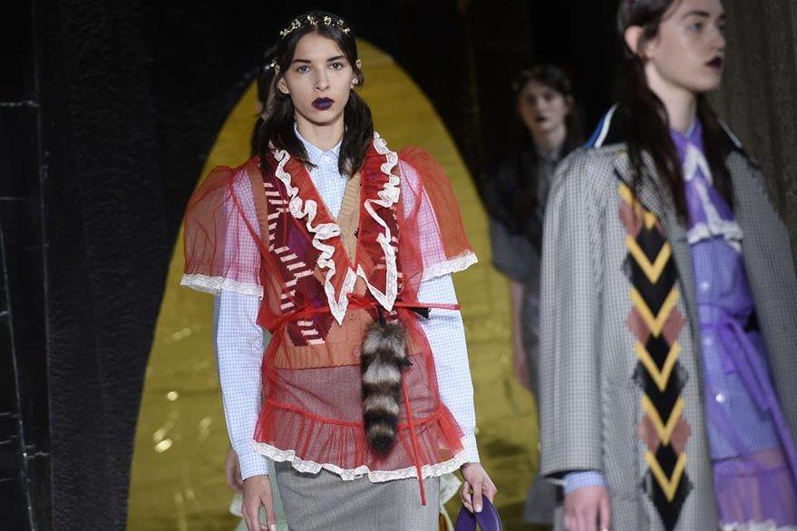 Miu Miu ofreció una colección con mezcla de prendas bohemias y detalles sofisticados. (Foto Prensa Libre: AFP).