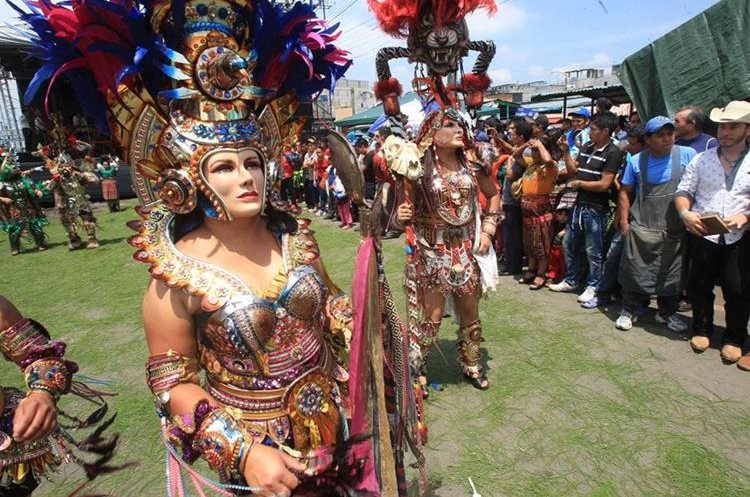 Colorido convite engalana celebración en el mercado La Terminal, zona 4 de la capital. (Foto Prensa Libre: Estuardo Paredes).
