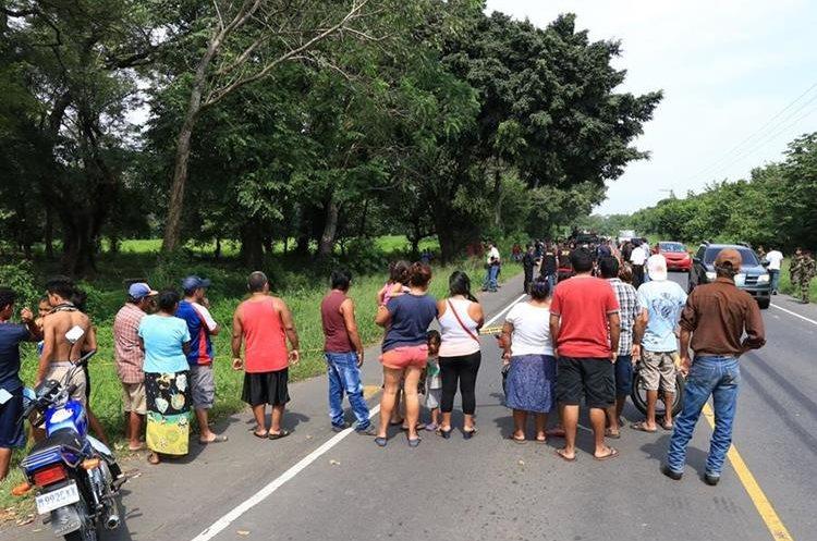 Pobladores se mostraron consternados por el hallazgo de los dos cuerpos. (Foto Prensa Libre: Enrique Paredes)