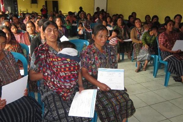 Féminas sostienen  certificados   de formación y capacitación.