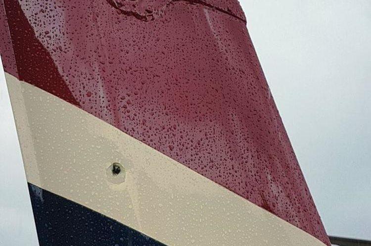 Vista del impacto en una de las aletas del aeronave.(Foto: Minera San Rafael)