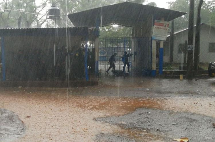 Agentes de la Policía Nacional Civil ingresan al penal para retomar el control