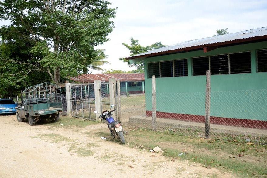 Malla perimetral de una escuela en Sayaxché impidió que un niño fuera secuestrado. (Foto Prensa Libre: Rigoberto Escobar)
