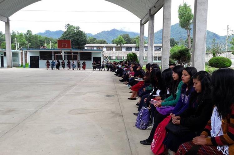 Jóvenes de Santa María Visitación participan en actividades del programa de Prevención del Delito de la Policía Nacional Civil. (Foto Prensa Libre: Ángel Julajuj)