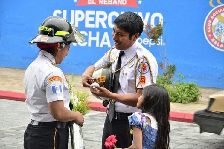 Carlos Raúl Aguilar preparó, junto a sus compañeros de la Estación de Bomberos Voluntarios en Xela, la petición de matrimonio a Marina Nolasco. (Foto, Prensa Libre: Stereo 100)