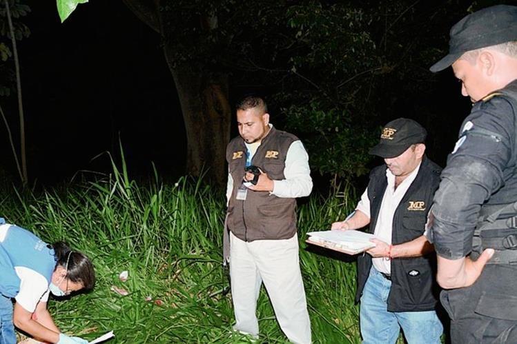 Peritos del  MP reúnen  evidencias en el lugar donde murió el alcalde comunitario, Hernán Ipiña, en la aldea Santa María, Gualán, Zacapa. (Foto Prensa Libre: Víctor Gómez)