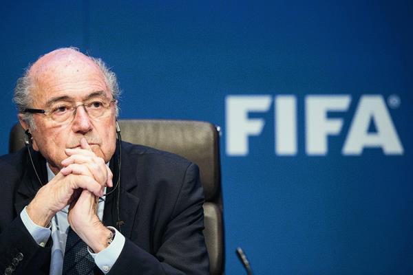 Blatter y la FIFA atraviesan un momento delicado por supuestos actos de corrupción. (Foto Prensa Libre: AP)