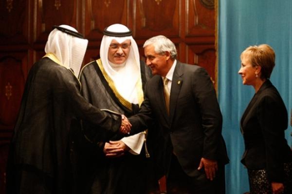 <p>Presidente Pérez Molina estrecha la mano del embajador de Kuwait. (Foto cortesía de la Scspr)</p>