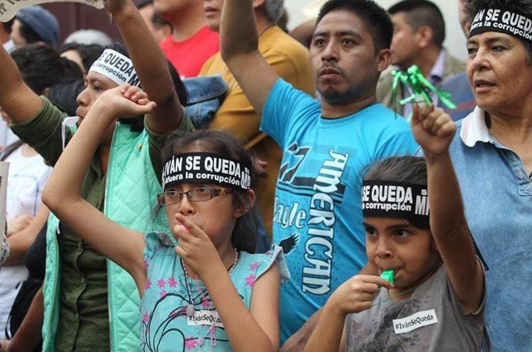 Varios niños participan durante la protesta.