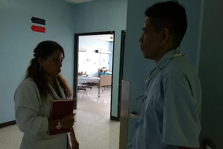En los pasillos del Hospital General San Juan de Dios, algunos pacientes abandonados pasan el tiempo. (Foto Prensa Libre: César Pérez Marroquín)