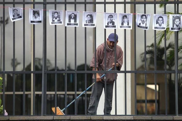 Los rostros de las víctimas del conflicto armado interno fueron colocados en los barandales de la Corte. (Foto Prensa Libre: Érick Ávila)