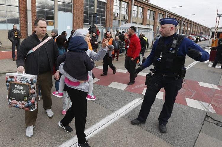 Fotografía de las evacuaciones en el aeropuerto de Bruselas, Bélgica después del atentado que se cobró la vida de una treintena de víctimas. (Foto Prensa Libre: Hemeroteca PL)