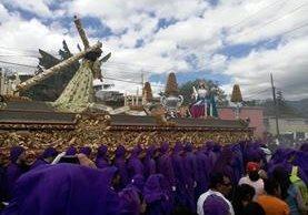 La procesión de Jesús Nazareno, de la Iglesia de Santa Catarina Bobadilla, Antigua Guatemala, Sacatepéquez, recorre las calles de la ciudad Colonial. (Foto Prensa Libre: Renato Melgar)