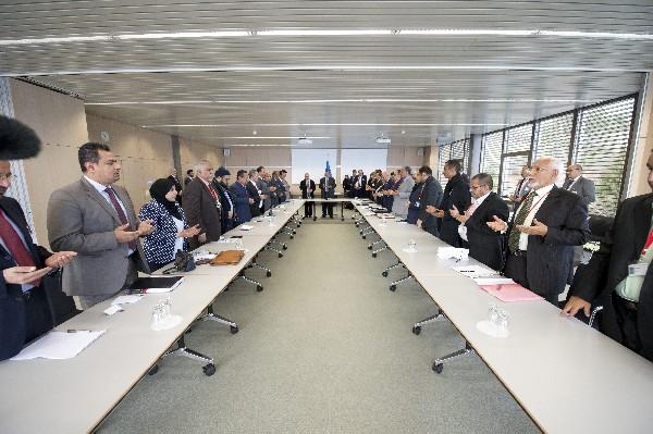 Delegados del gobierno y rebeldes de Yemen particpan en negociaciones.