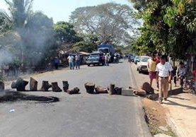 <p>Pobladores de aldea La Guitarra bloquean la carretera que conduce de Retalhuleu hacia Champerico. (Foto Prensa Libre: Rolando Miranda)</p>