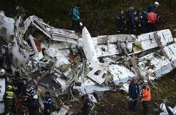 Rescatistas buscan a víctmas de la tragedia entre restos del avión en Colombia. (AFP).