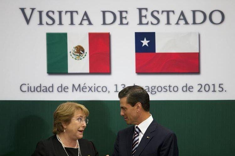 <em>La presidenta de Chile junto a su homólogo de México, durante un acto oficial en Ciudad de México. (Foto Prensa Libre: AFP).</em>