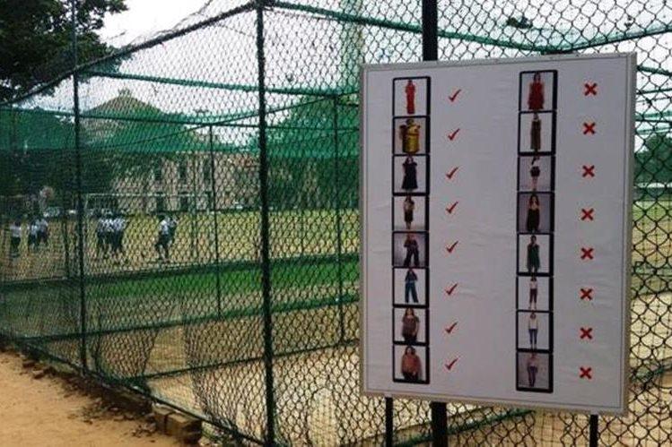 Cuando un alumno del St Joseph, un colegio de élite sólo para varones de Colombo, compartió la foto del cartel a la entrada del centro provocó un acalorado debate en las redes sociales. (SMRITI DANIEL)