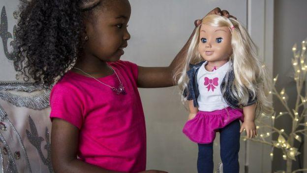 La muñeca interactiva Cayla es uno de los juguetes a los que acusaron recientemente de espiar a los niños. (GENESIS TOYS)