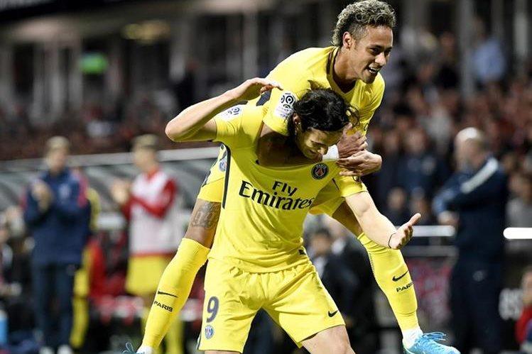Neymar se muestra feliz con sus nuevos compañeros en el PSG. El brasileño consiguió un gol y una asistencia en la victoria contra el Guingamp. (Foto Prensa Libre: AFP).