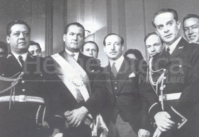 La Junta Revolucionaria de Gobierno entrega el poder al doctor Juan José Arévalo el 15 de marzo de 1945. De izquierda a derecha el mayor Francisco Javier Arana, el presidente Arévalo, el ciudadano Jorge Toriello y el coronel Jacobo Árbenz. (Foto: Hemeroteca PL)