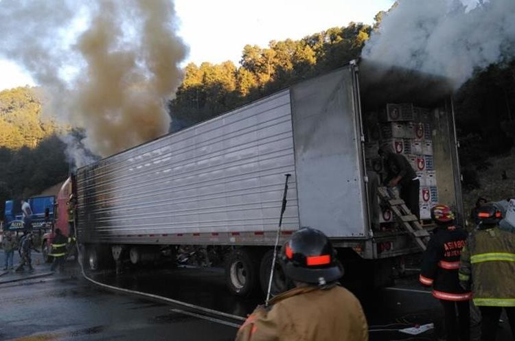 Tráiler afectado por incendio. (Foto Prensa Libre: Ángel Julajuj).